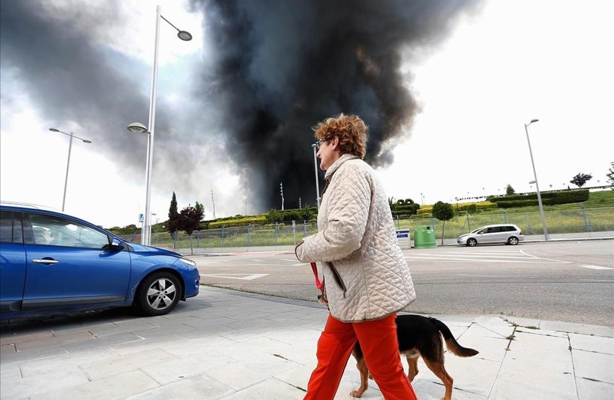 Vecinos de Seseña contemplan el incendio del mayor cementerio de neumáticos de Europa