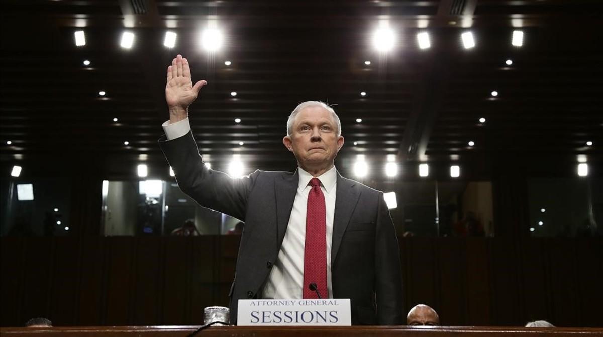 Sessions presta juramento antes de testificar ante el comité de inteligencia del Senado, en Washington, el 13 de junio.