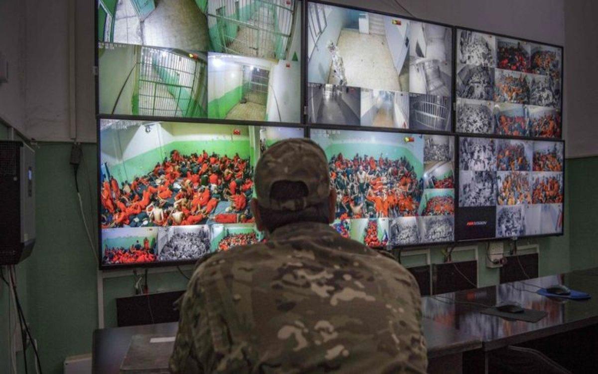 Personal de sguridad vigila una prisión en Siria.