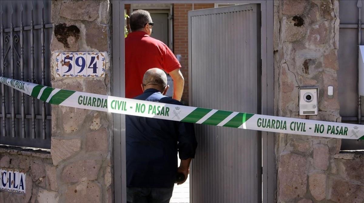Miembros del equipo de investigacion de la Guardia Civil entrando en el chalet donde se encontraronlos cuerpos.