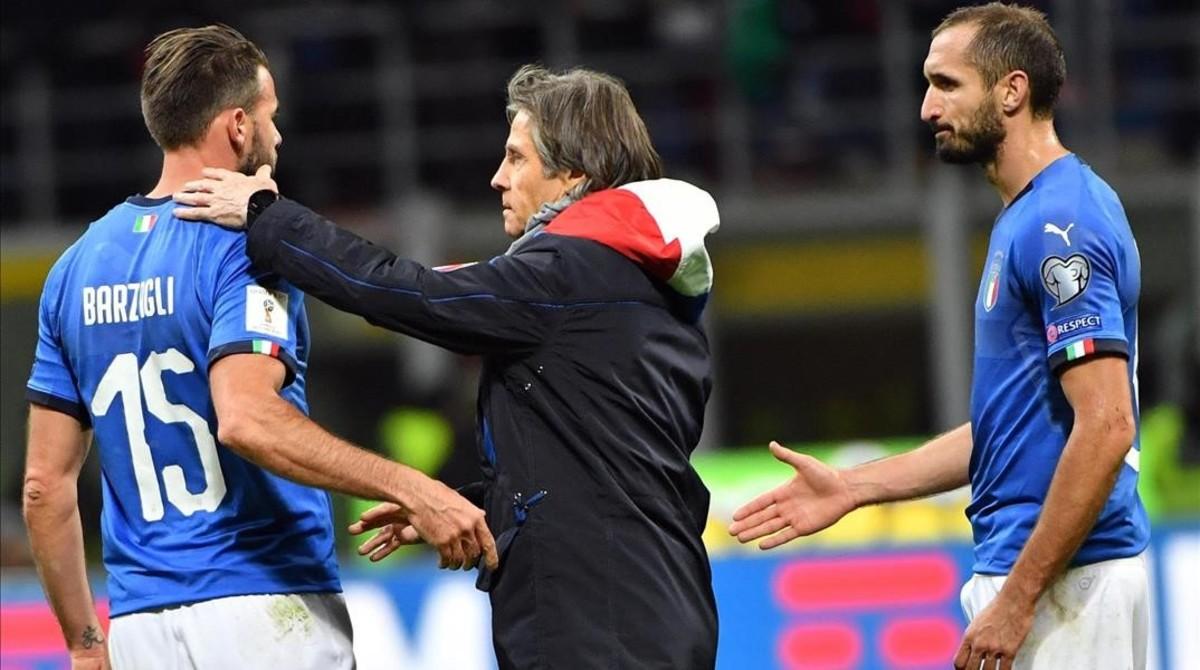 El técnico Gabriele Oriali consuela a Barzagli ante Chiellini.
