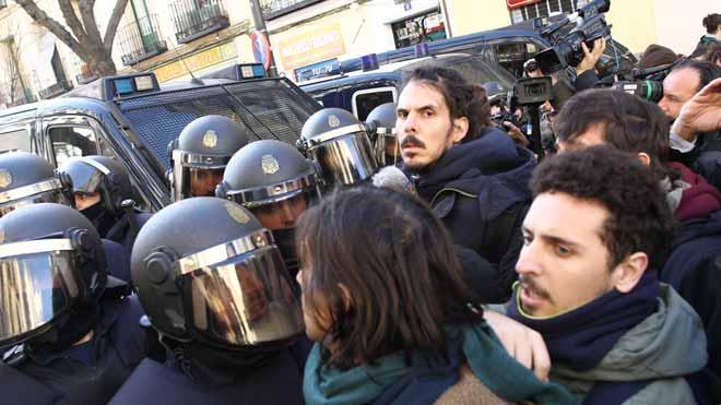 Tensión entre activistas y policía en Lavapiés (Madrid) en el intento de paralizar cuatro desahucios.