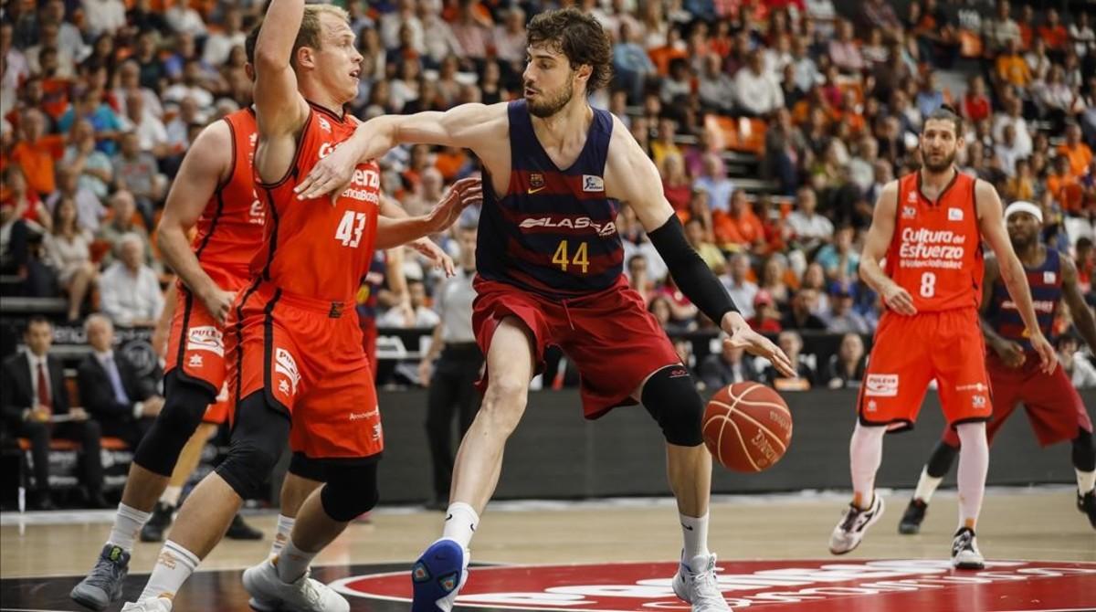 Tomic, acosado por Sikma, en el partido de Valencia.