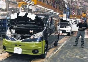 Trabajadores de Nissan en la línea de montaje de la nueva furgoneta NV200.