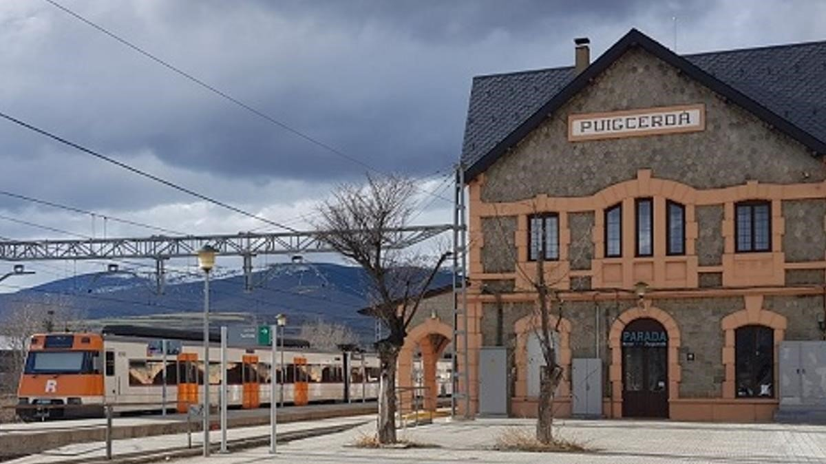 Un tren de Rodalies en la estación de Puigcderdà.