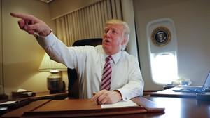 Trump señala a miembros de la prensa, sentado en su despacho del Air Force One, el 26 de enero.