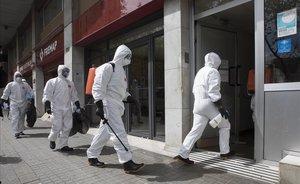 La UME, desinfectando una residencia de ancianos en la calle Mallorca de Barcelona.