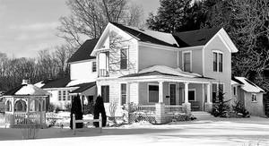 Una de las imágenes de The neighbors project, construida a partir de fotografías de dos casas distintas.
