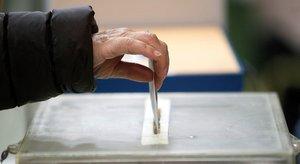 Una mujer ejerce su derecho al voto, el pasado 10 de noviembre, en Vigo.