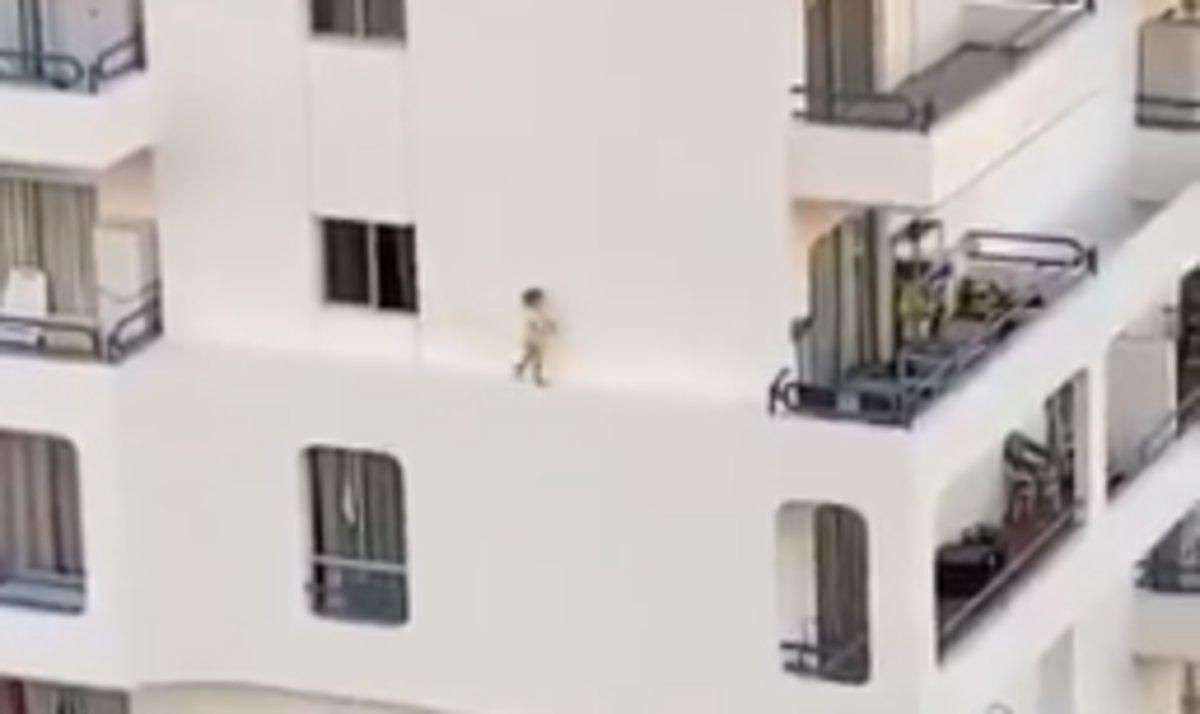 Una niña de seis años camina por la cornisa de un edificio de seis plantas en Adeje (Tenerife).