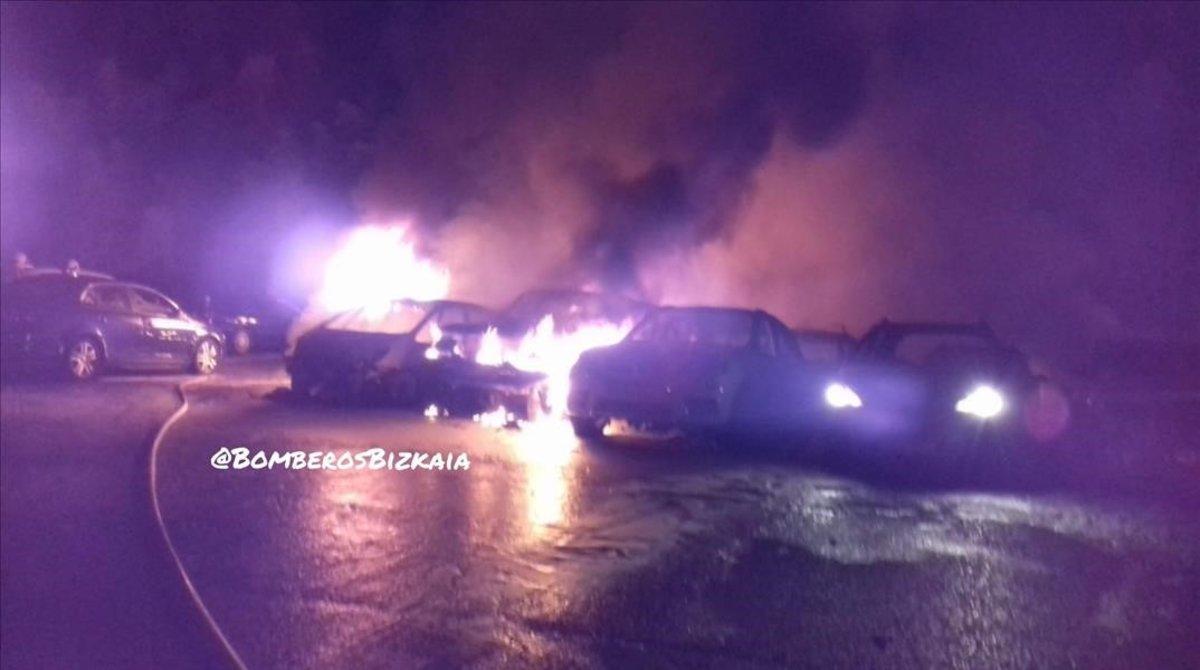 21 cotxes calcinats a l'incendi d'un pàrquing 'low cost' a Bilbao