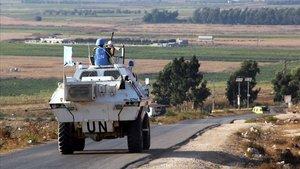 Vehículos de la fuerza de Naciones Unidas en el Líbano circulan por una carretera paralela a la frontera con el Líbano, este domingo.