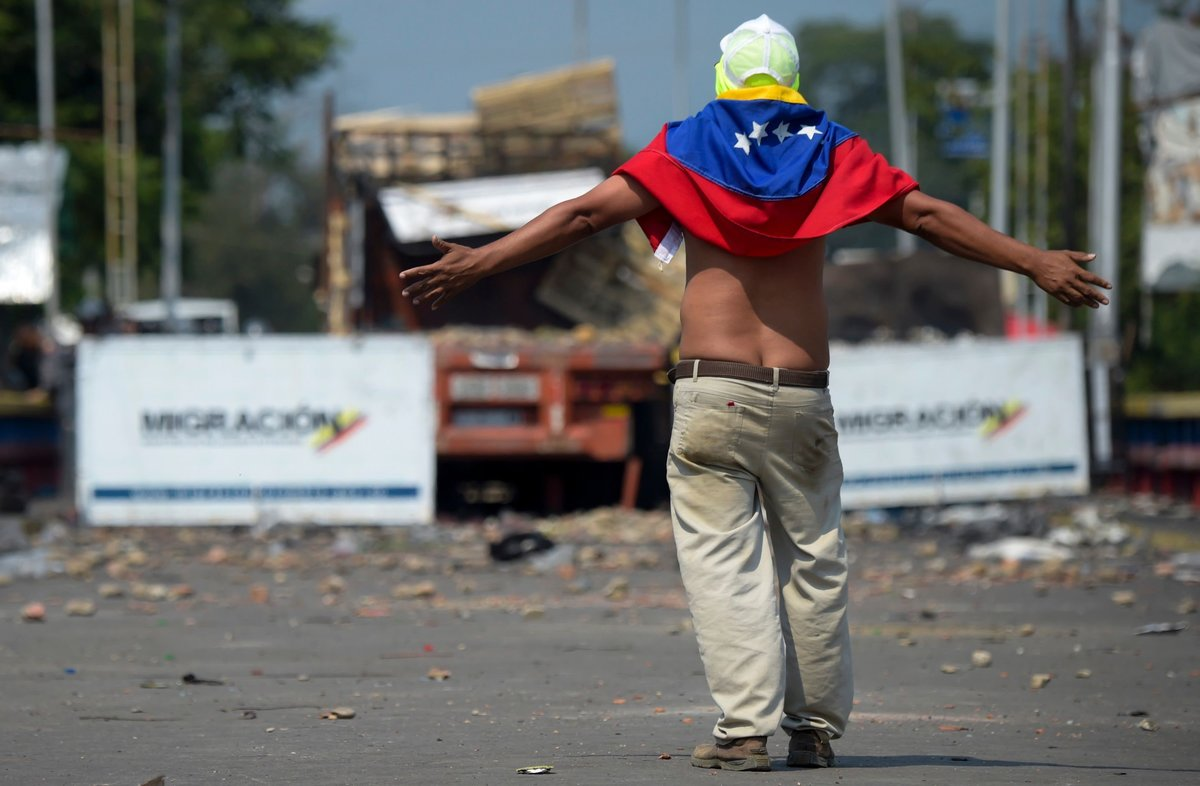 Protestantes venezolanos se enfrentan a laGuardia Nacional Bolivariana en la frontera con Colombia.