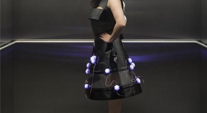 Telefónica muestra un vestido inteligente que reacciona al entorno
