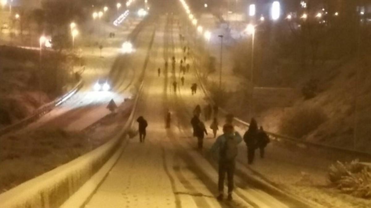 La nieve obliga a viajeros a bajarse del autobús y caminar hasta casa.