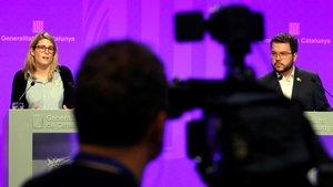 El vicepresidente del Govern i conseller de Economía, Pere Aragonès y la consellera de la Presidencia y portavoz del Govern, Elsa Artadi, durante la rueda de prensa ofrecida esta tarde.