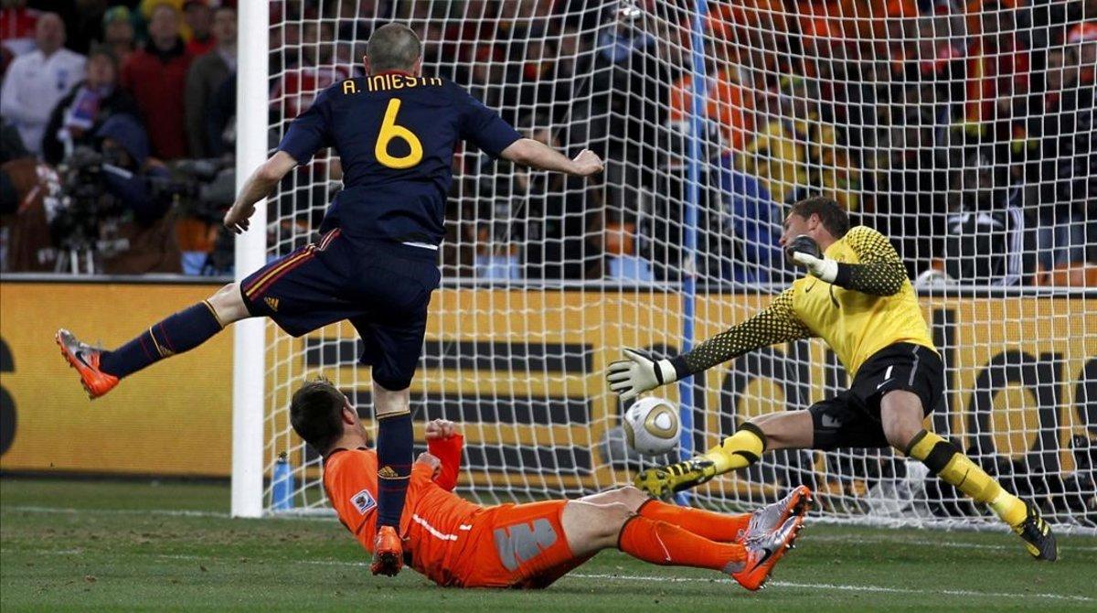 Stekelenburg no puede detener el disparo de Iniesta en la final del Mundial.