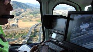 Interior del helicóptero del Servei Català de Trànsit, con caámara de vídeo.