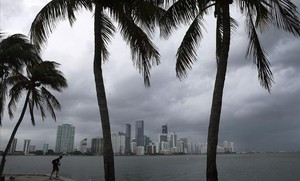 Vientos huracanados sobre la ciudad de Miami, en Florida (EEUU).