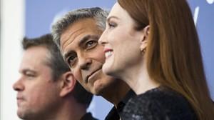 George Clooney posa entre Matt Damon y Julianne Moore, en la Mostra de Venecia.