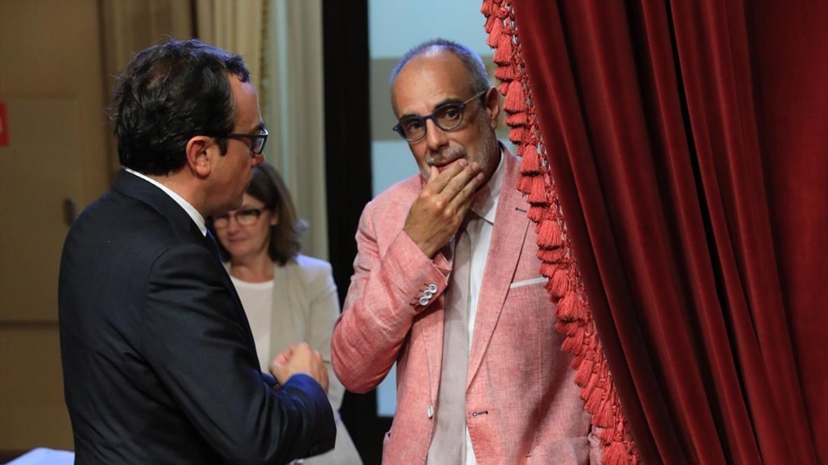 Joan Ridao, padre del Estatut, se asoma tras una cortina del salón de plenos.