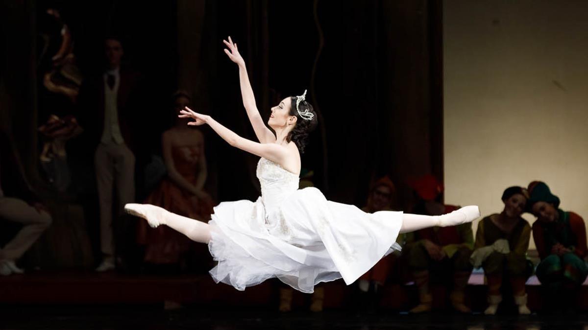 Ada González, solista del Ballet de la Ópera de Bucarest, ejecutaun 'grand jeté' en'Blancanieves'.