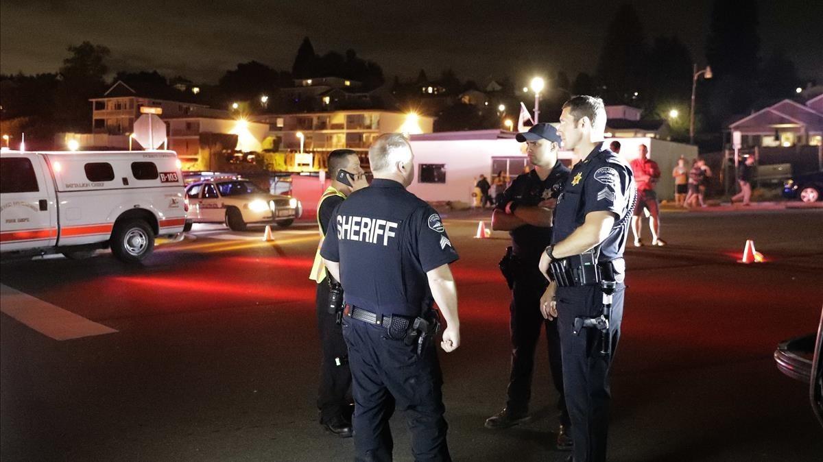 La policia de Seaatle cerca del lugar del accidente del avión.