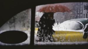Red umbrella. Una de las imágenes, tomadas en 1955, más conocidas de Leiter.