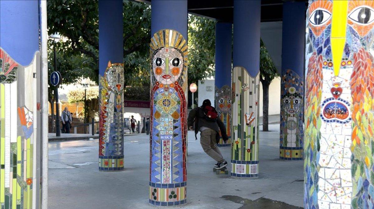 Una artista urbana decora el gris accés a l'estació de Santa Eulàlia