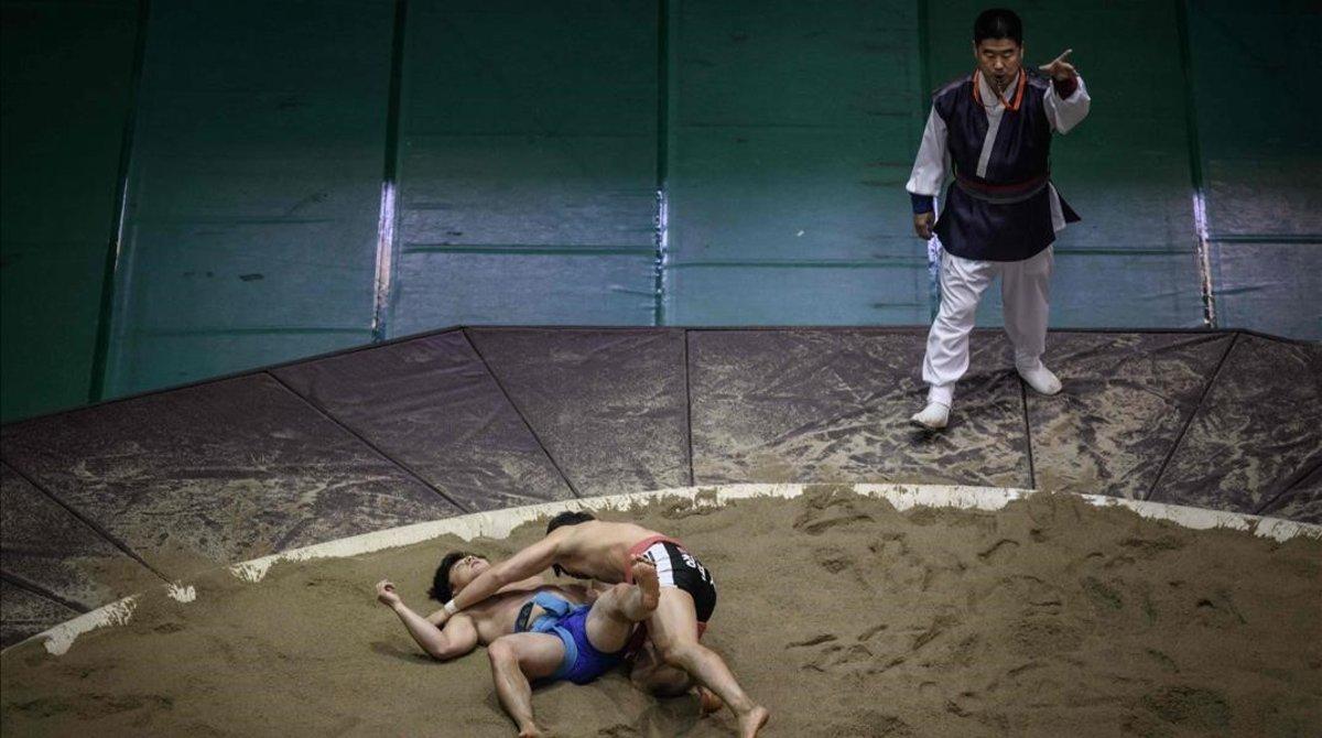 Dos combatientes de ssireum, la lucha tradicional coreana.