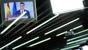 Emisión por TV del anuncio de Pedro Sánchez del adelanto electoral, en la Moncloa.