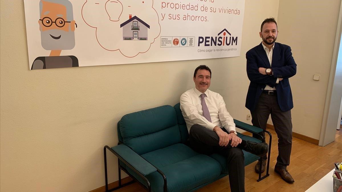 Miquel Perdiguer (sentado), consejero delegado de Pensium, y David Igual, director de operaciones.