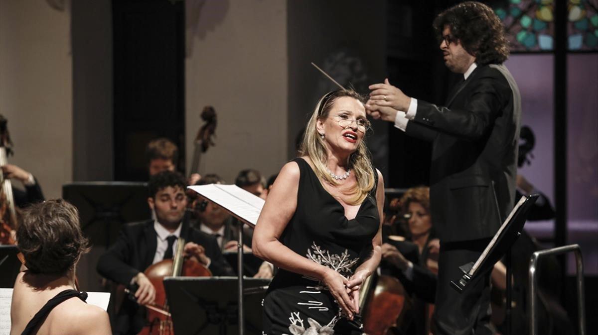 Ainhoa Arteta, durante su concierto con la Simfonica Camera Musicae, dirigida por Tomàs Grau, en el Palau de la Música.