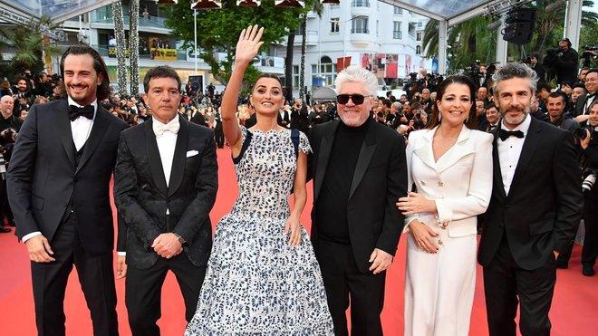 El cineasta español Pedro Almodóvar y los actores de Dolor y Gloriadesfilan por la alfombra roja, antes del estreno de la película que compite en la 72 edición del Festival de Cannes (Francia).
