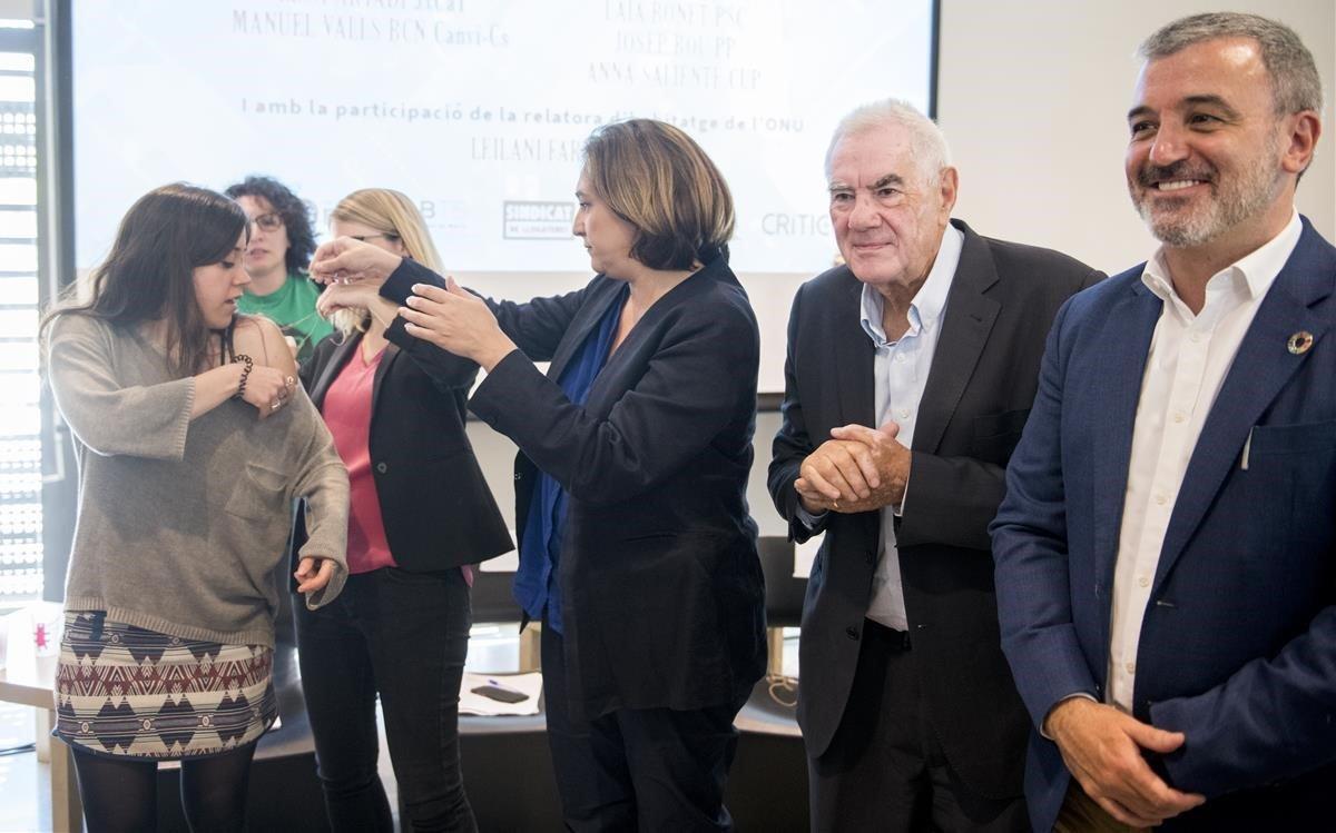 Anna Saliente (CUP) recibeayuda de Elsa Artadi (JxCat) y Ada Colau (BComú) para quitarse el micrófono en presencia deErnest Maragall (ERC) y Jaume Collboni (PSC), trasel debate sobre vivienda.