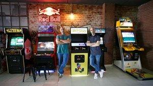 Eugenio Huertas y José Luis Moreno, entre la hilera de máquinas retro de su bar recreativo: Rex Arcade Bar.