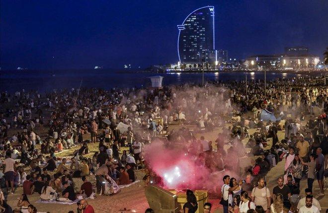 En Barcelona ciudad, había 16 hogueras autorizadas -los bomberos actuaron esta madrugada en seis hogueras no autorizadas- y un centenar de casetas para la venta de petardos, según fuentes municipales. Las playas de la ciudad fueron tomadas por unas 60.000 personas entre locales y turistas.