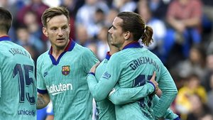 Griezmann se deja abrazar por Alba sin celebrar su gol a la Real.
