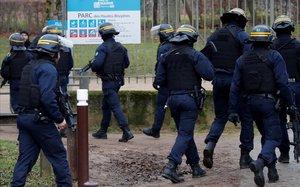 França investiga la mort d'un repartidor durant un violent control policial