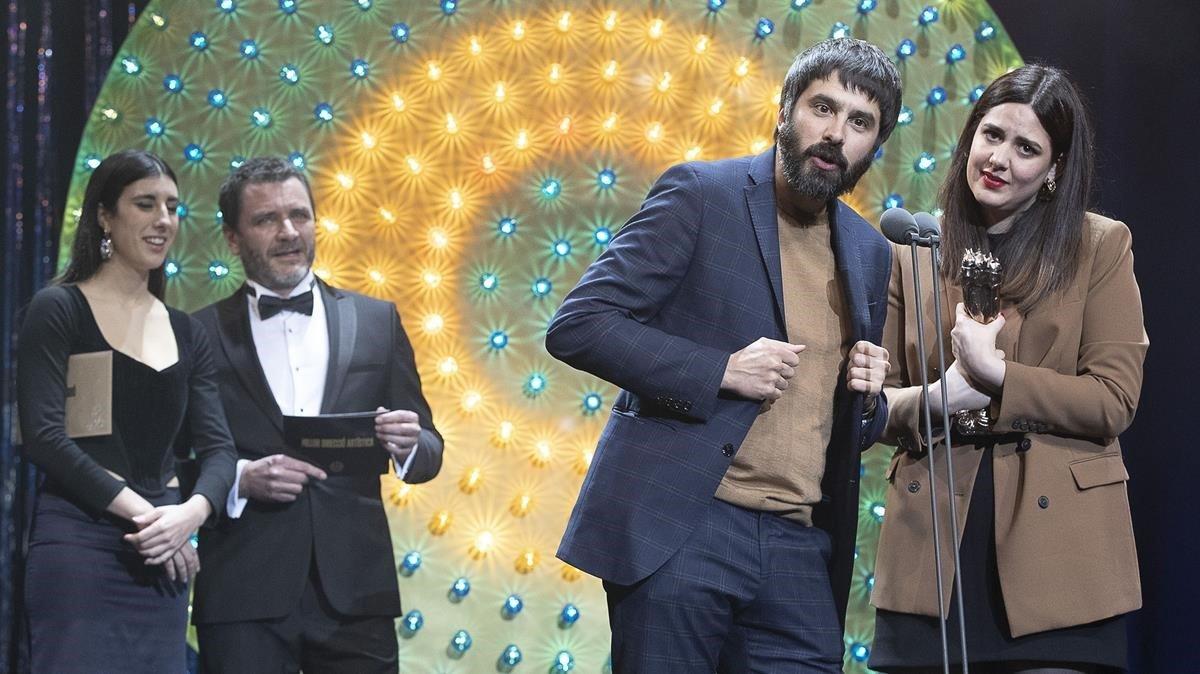 Belén Funes y Marçal Cebrián recogen el premio al mejor guion por 'La hija de un ladrón' en los últimos Gaudía, hace un mes.
