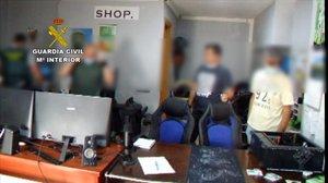El despacho en Bigues i Riells de las tres personas que, presuntamente, estafaban por internet con la venta de productos tecnológicos.