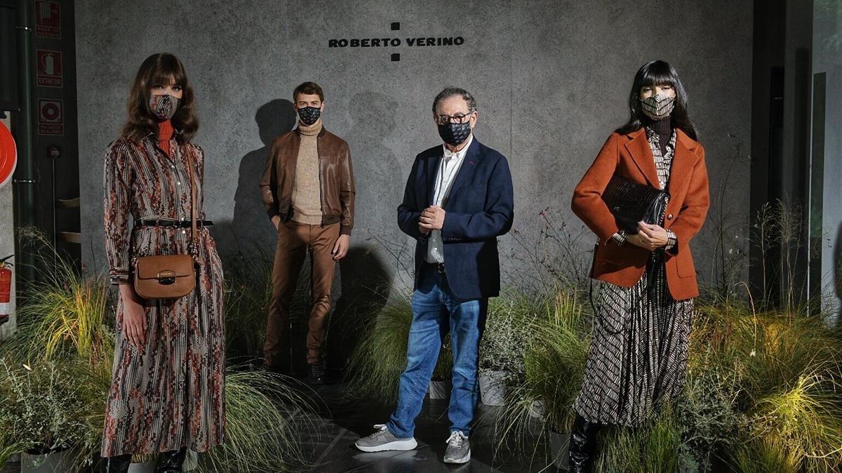 Roberto Verino y sus modelos (todos con mascarilla), en la presentación de sus nuevas propuetas bajo el paragüas de Madrid es moda.