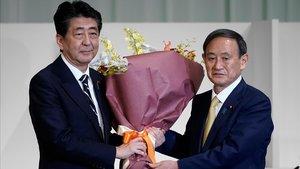 Un continuista guanya la carrera en el seu partit per succeir Abe al capdavant del Govern japonès