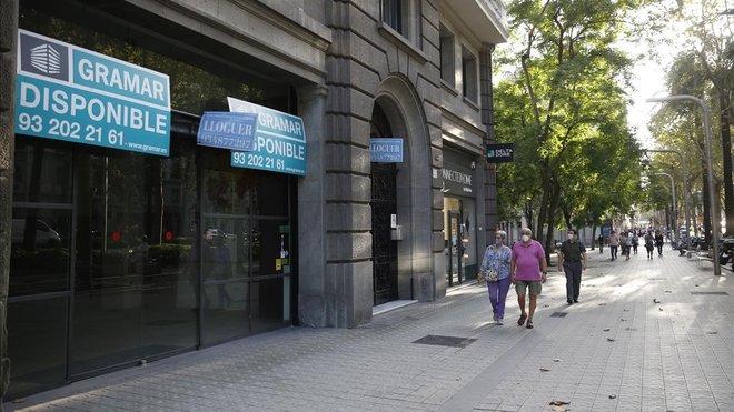 Anuncio de un comercio cerrado en la avenida de la Diagonal, este miércoles.