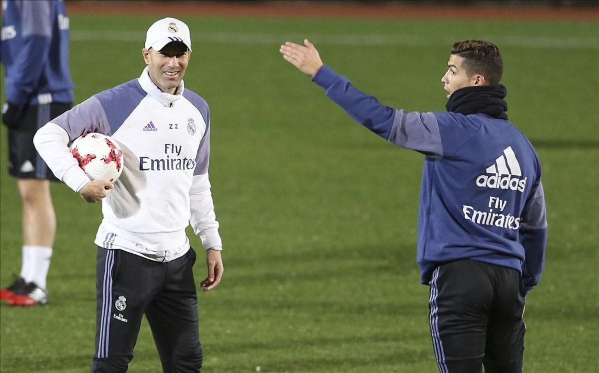 Zidane Cristiano hablan durante el entrenmiento de hoy del Madrid en el Yokohama Stadium.