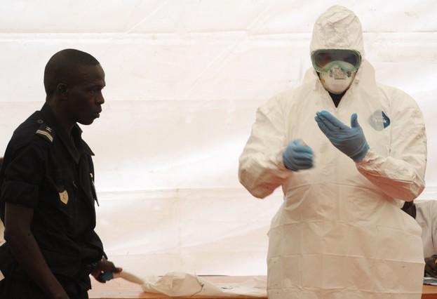 Expertos advierten que el ébola podría llegar a Europa