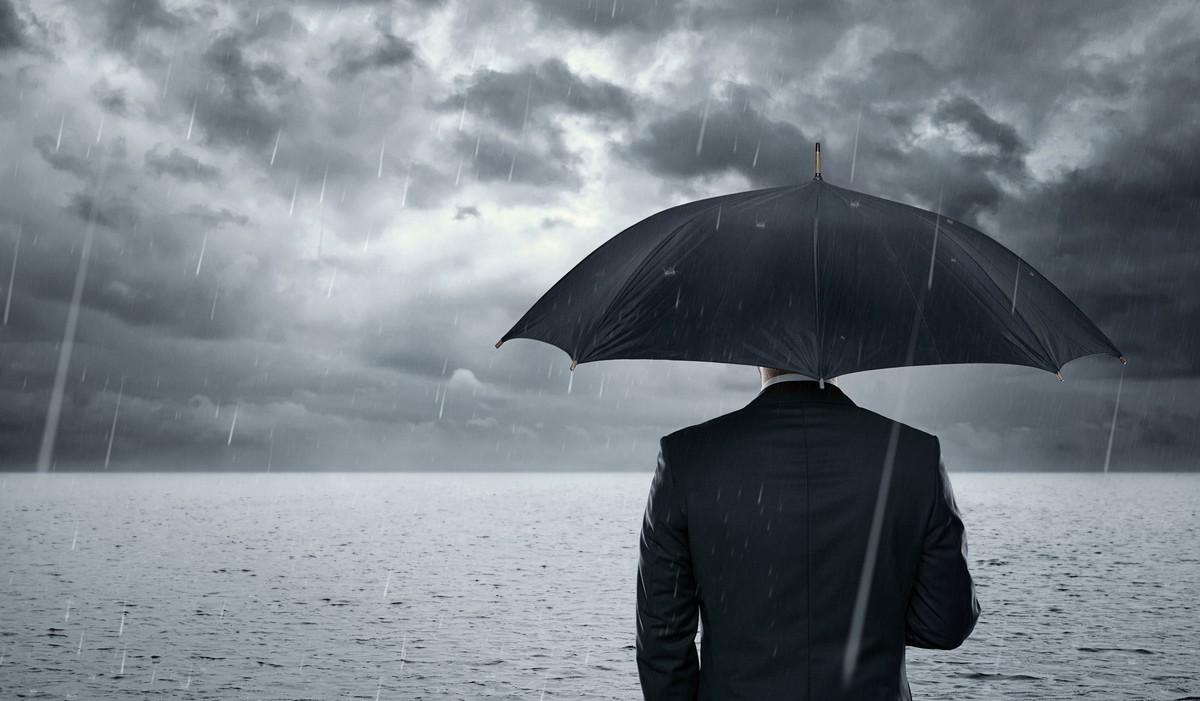 BLUE MONDAY Empresario de pie en el océano dramático antes de la tormenta