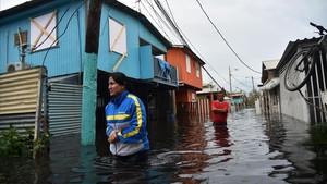 mbenach40225678 topshot people walk accros a flooded street in juana matos170922182233