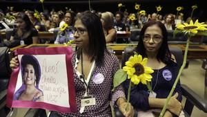 Varias mujeres participan en un homenaje a la concejala brasileña Marielle Franco, en la Cámara de Diputados, en Brasilia, el 15 de marzo.