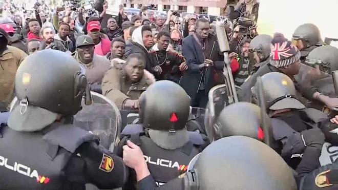 Tensión entre senegaleses concentrados en Lavapiés y la Policía